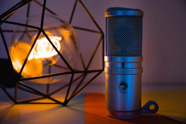 Ein Mikrofon und eine Schreibtischlampe