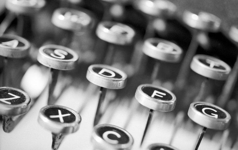 Eine altertümliche, mechanische Schreibmaschine: verschiedene Buchstabentasten.